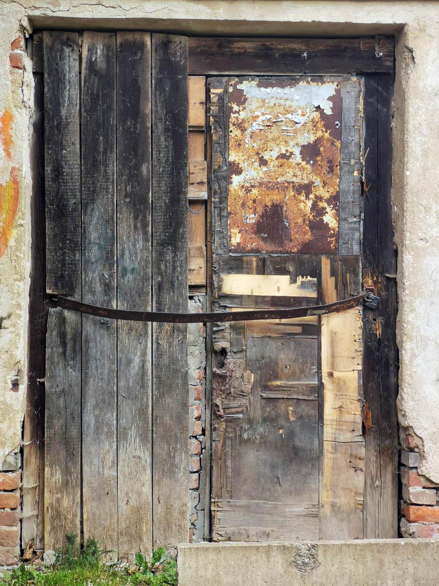 Двери в необитаемую часть также заколочены.