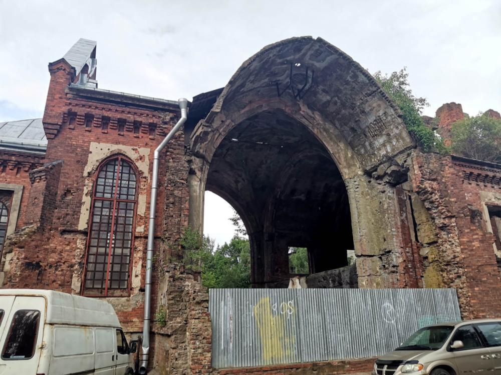 Слева застекленное окно обитаемой части здания. Здесь проводятся богослужения.