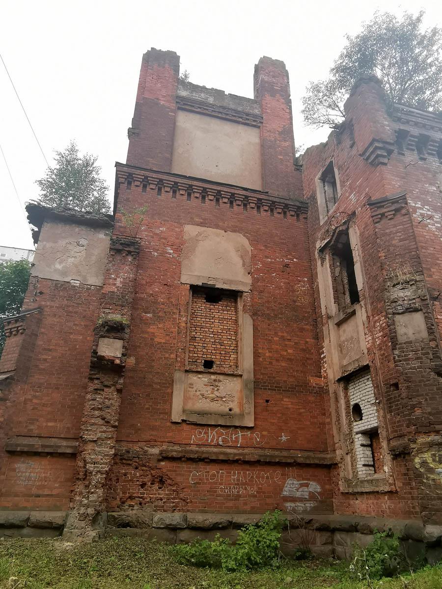 Вот. такой интересный объект... С одной стороны руина, с другой действующий храм...