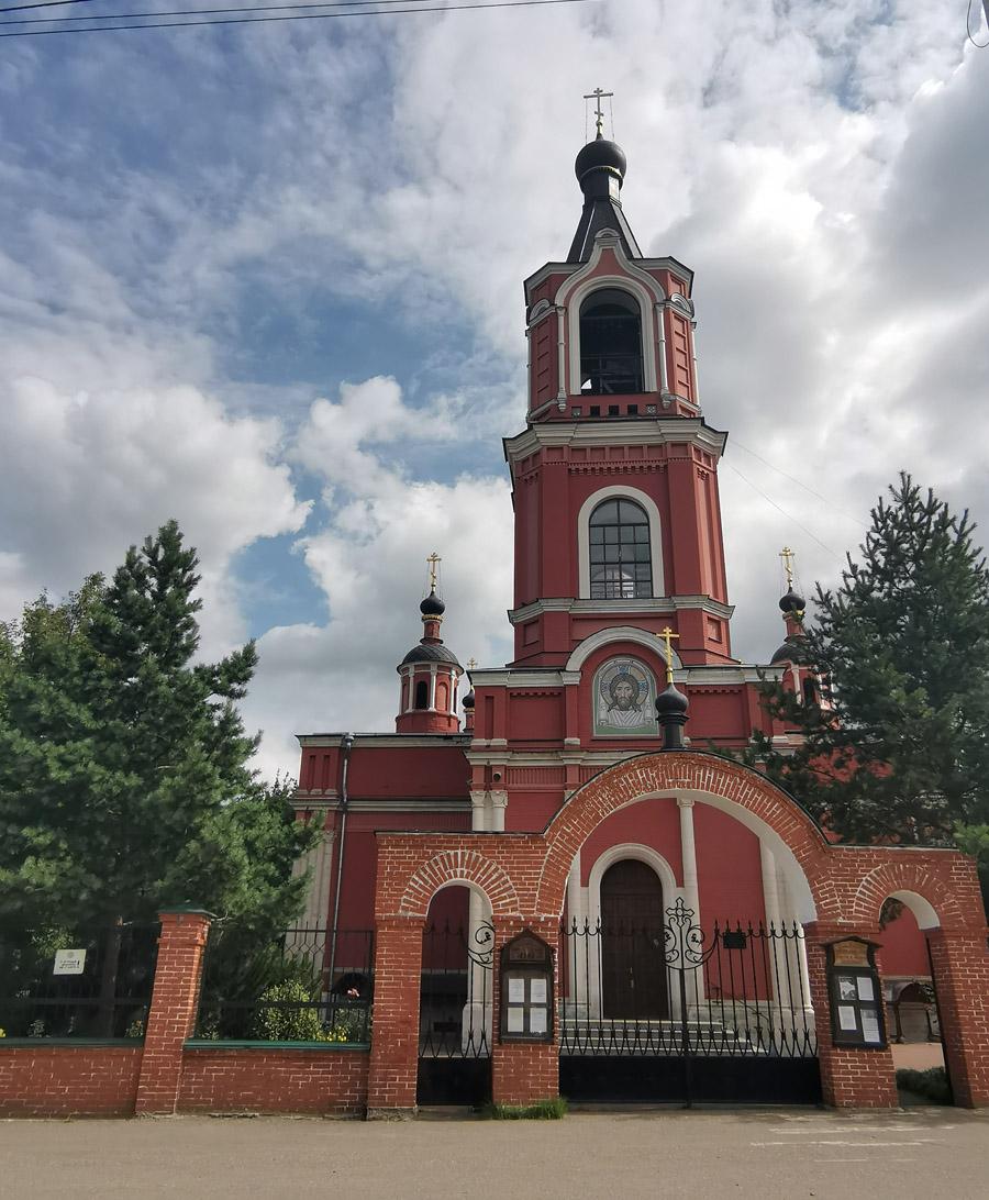 Храм во имя святых мучеников Флора и Лавра. Это уже старинное здание. Построен в XIX веке