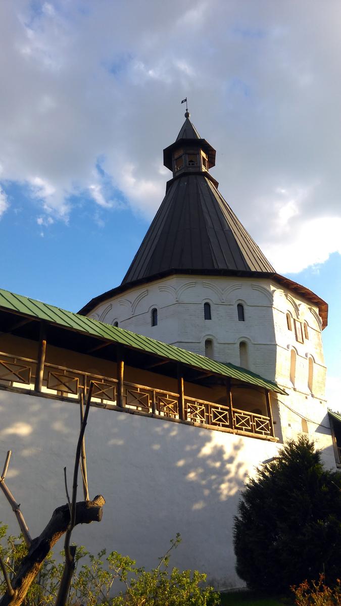 Одна из башен крепостной стены монастыря. Построена в 1640–1642 гг.