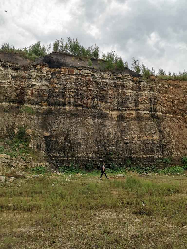 Здесь хорошо видны напластования различных горных пород и понятна глубина карьера