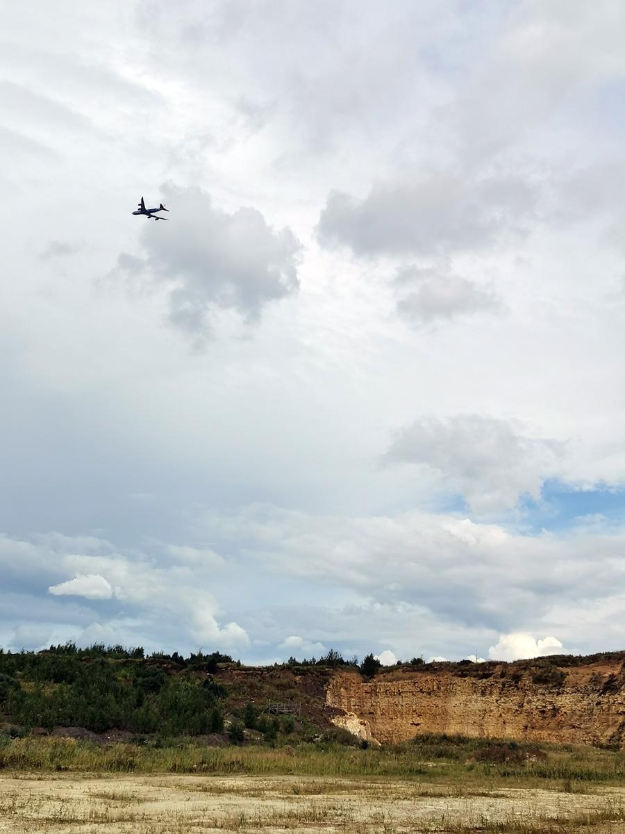 Так, как недалеко расположен аэропорт Домодедово, то над карьером регулярно пролетают самолеты..
