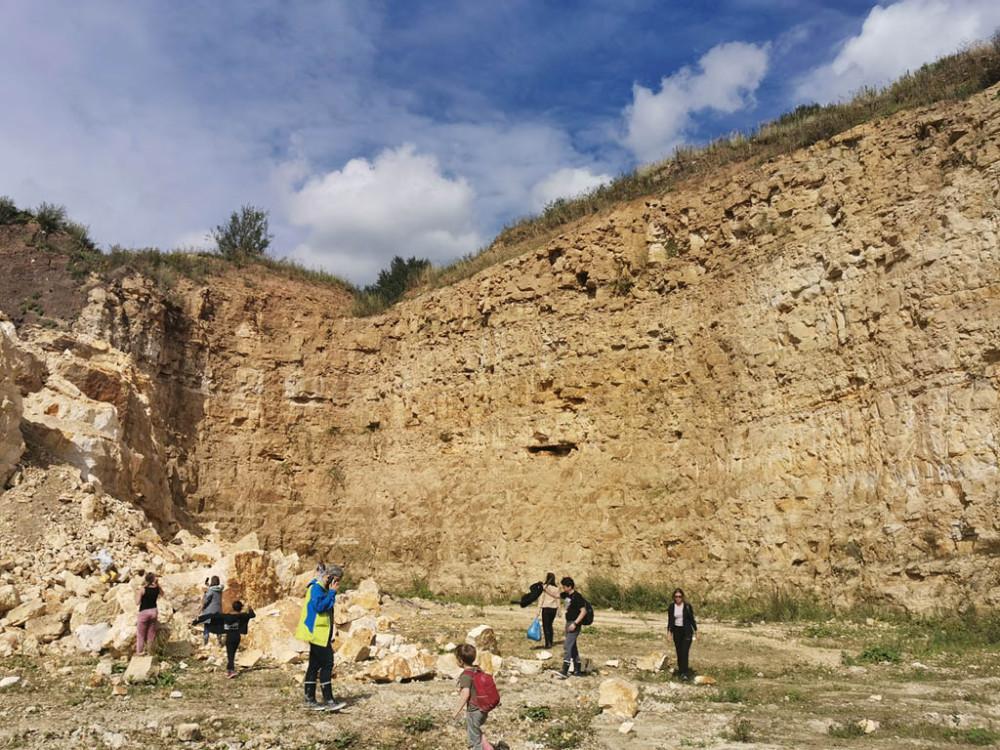 Пока фотографировали эту часть карьера, подошла очередная группа любителей геологии..