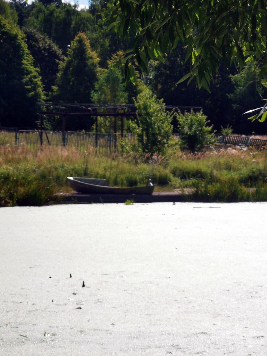 На правом берегу остов лодки...