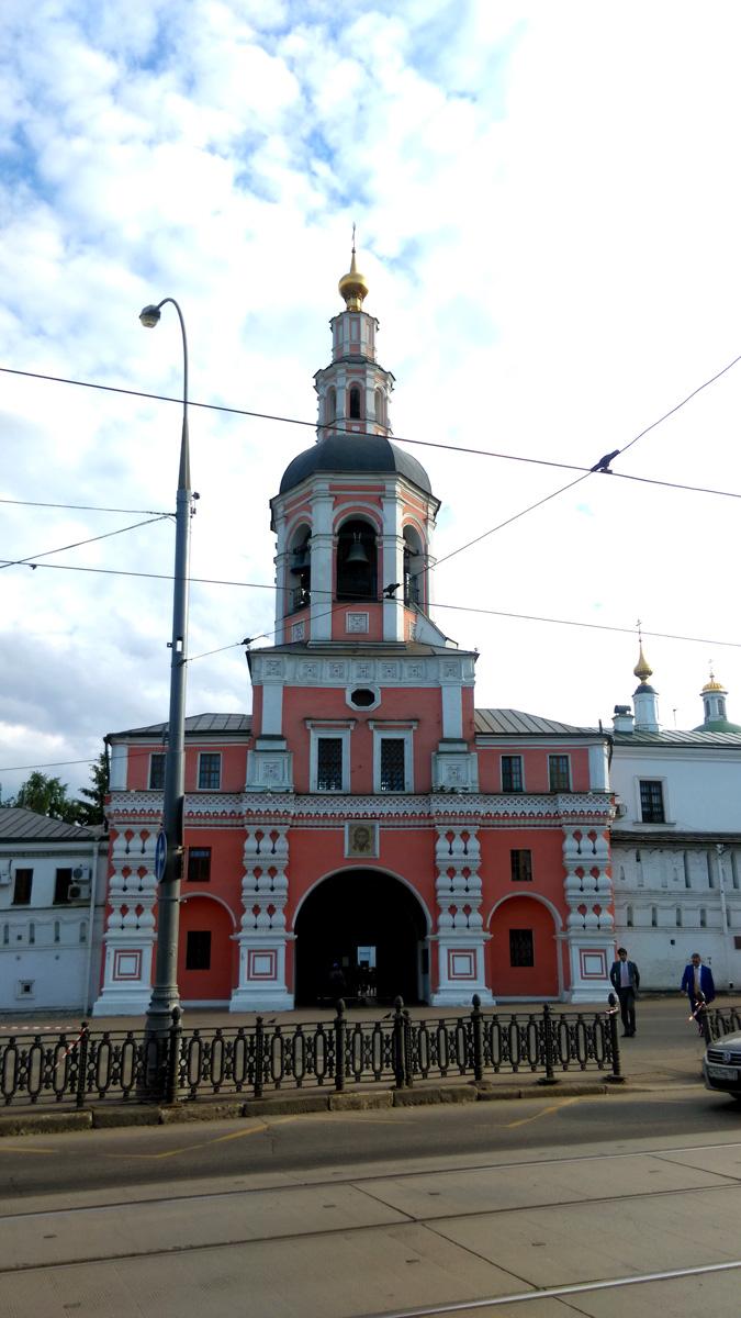 Данилов монастырь. Надвратная колокольня с церковью Симеона Столпника. Построена в 1680-1700 гг. Высота колокольни – 45 м.