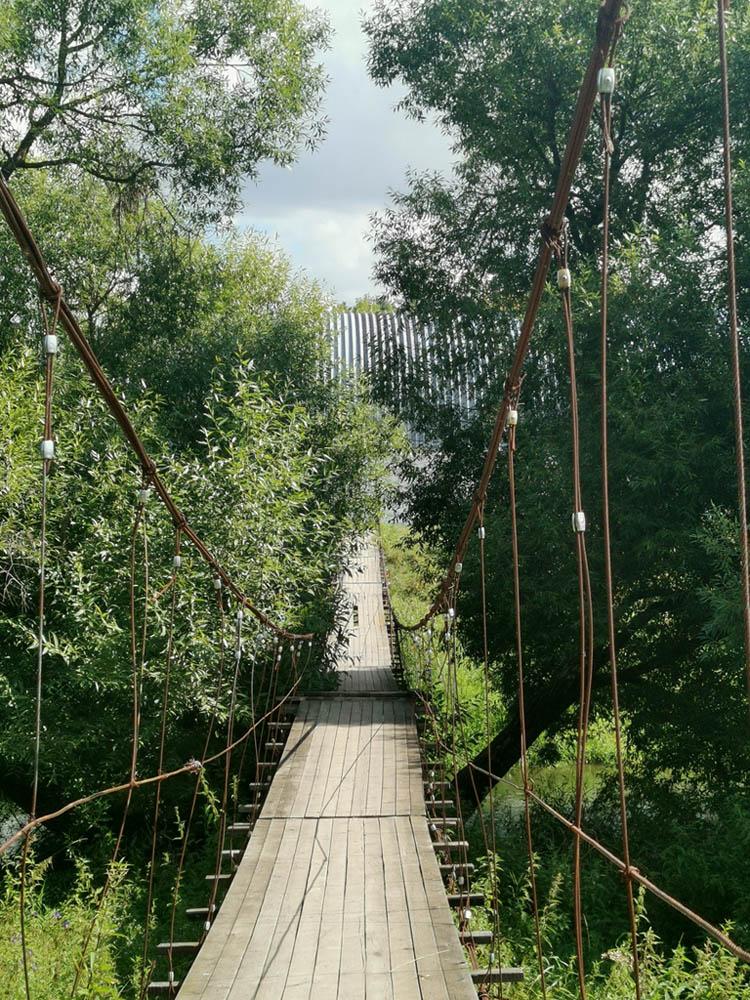 С тех пор их не поправили. Зато часть досок отвалилась. С каждым разом переходить мост стало все экстремальнее.