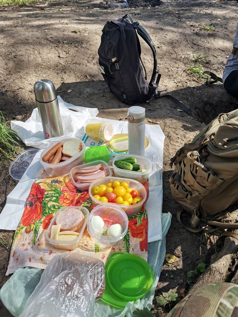 Я не просто так поставил рюкзак  на берегу, что бы сфоткать.... Настало время привала с перекусом. Достаем из рюкзаков наш обед. Кстати, огурцы и помидоры со своего огорода. Вкусно!