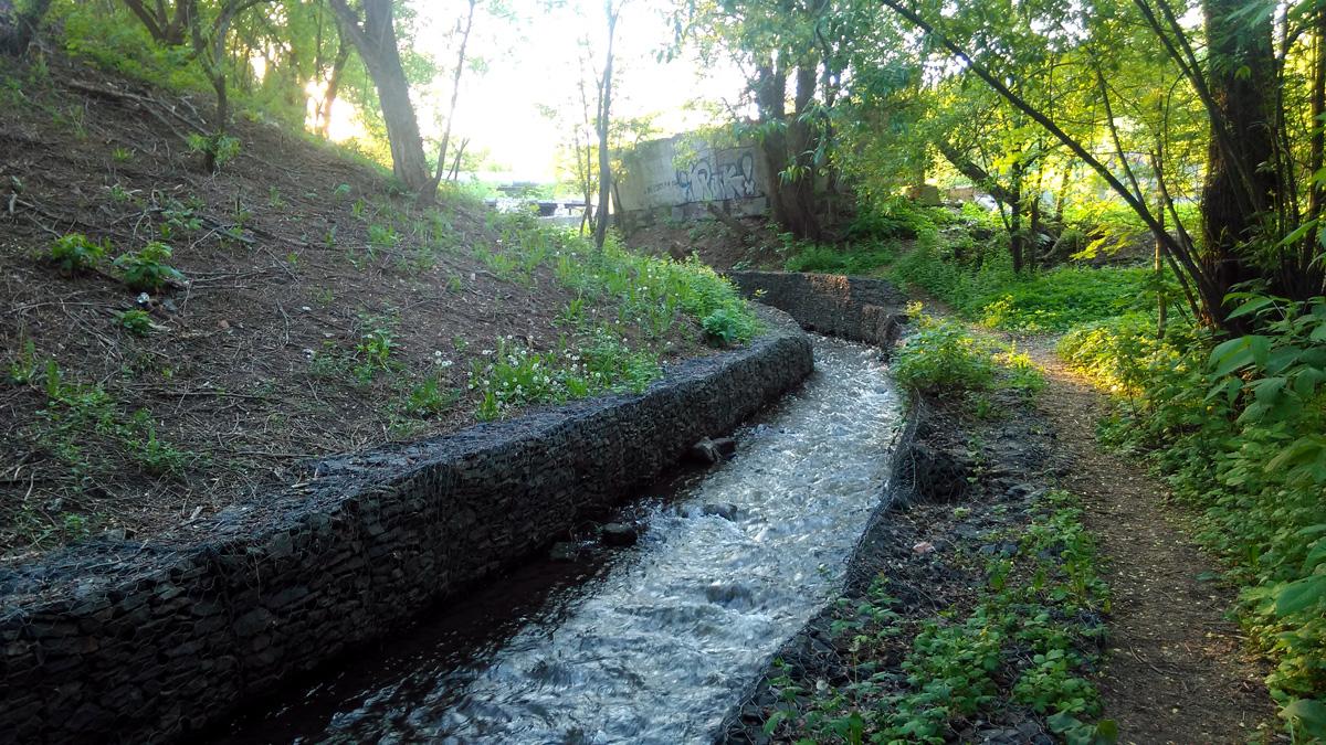 Облагороженные берега реки Кровянки около Даниловского кладбища.