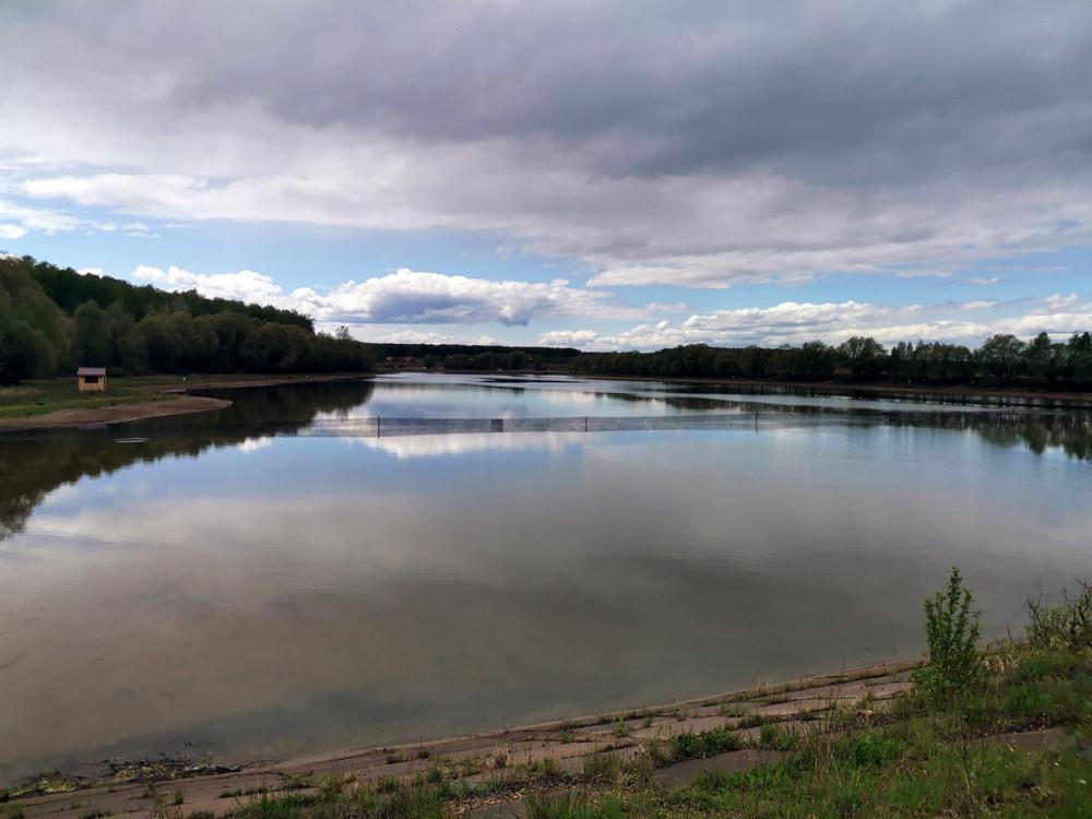 Вышли на дамбу. В этом месте пруд огорожен и организована платная рыбалка...