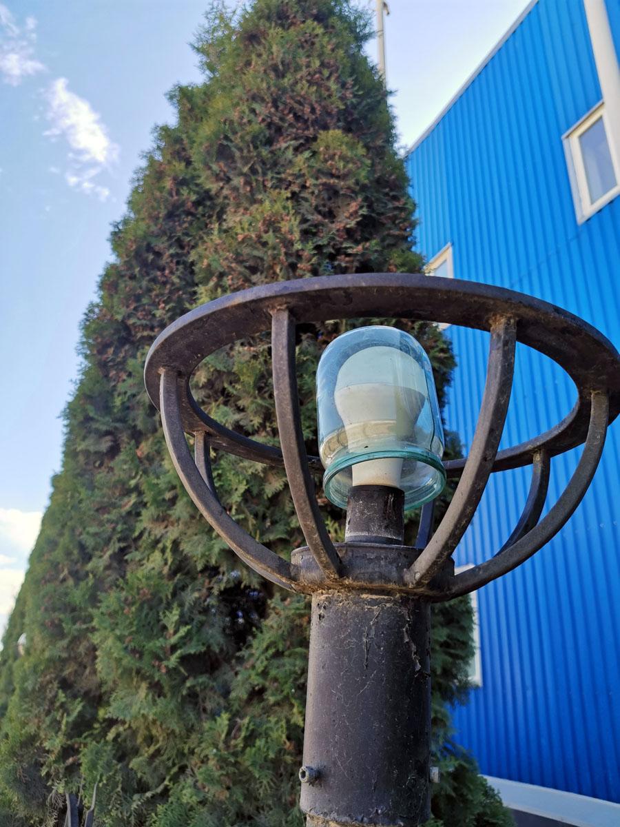 Симбиоз новых технологий и проверенной временем классики))). Такие оригинальные плафоны на фонарях расположенных у морозильно- холодильного склада ООО «Лесстор»