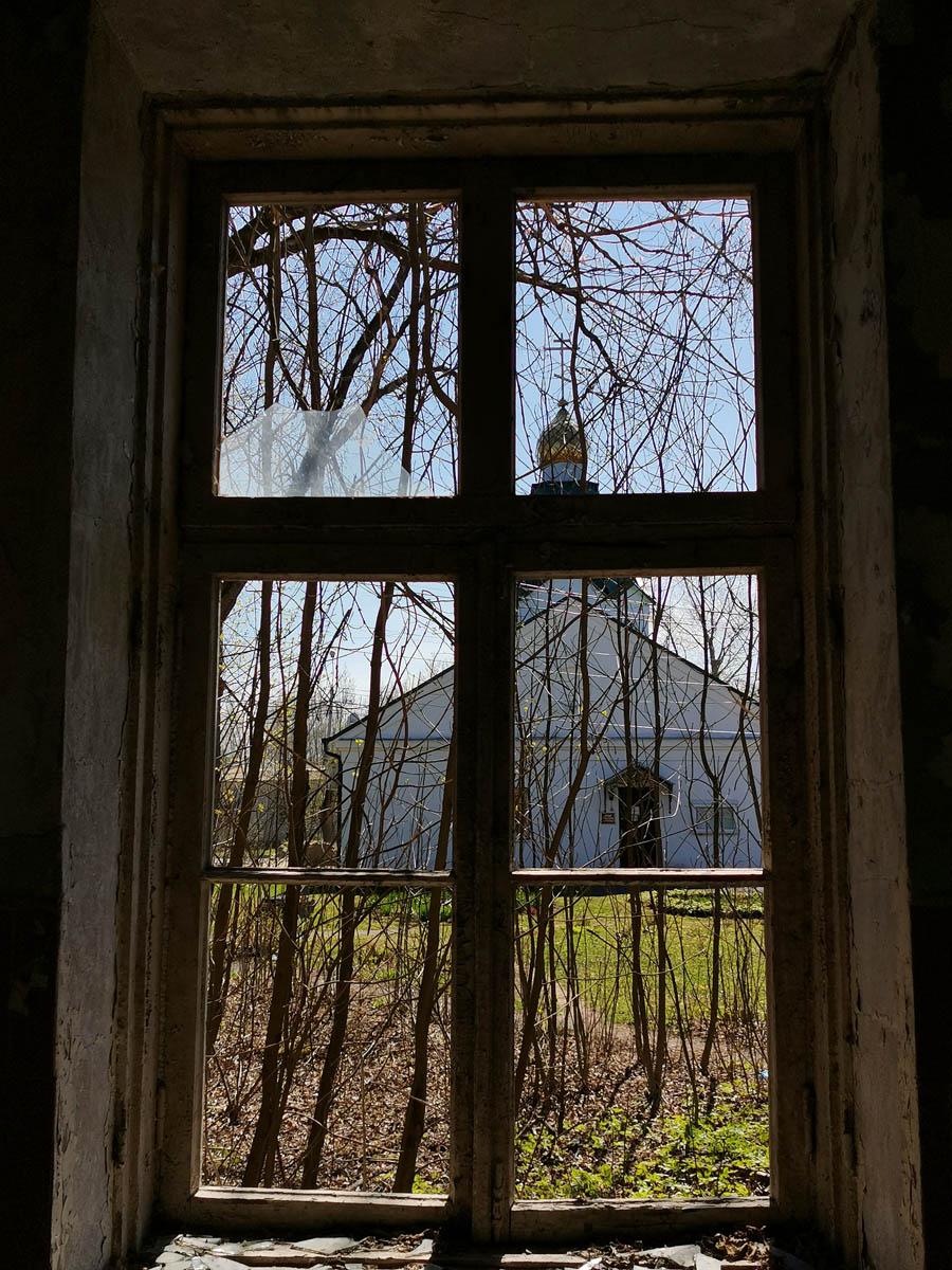 За окном весна и Храм-часовня в честь великомученика и целителя Пантелеимона... Храм обустроен в 2000 г. в кирпичном здании бывшей почты.