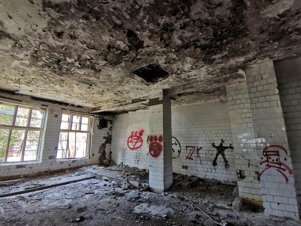 А напротив церкви заброшенная столовая бывшей 225-й зенитно-ракетной технической базы 1-го корпуса 1-й армии Московского округа ПВО. В/ч 11282. Здесь другая символика, но тоже на религиозную тему.