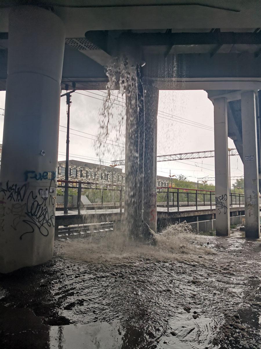 Автозаводский мост. Водоотводная система не выдержала напора весеннего ливня... Пришлось в легких кроссовках идти в брод...
