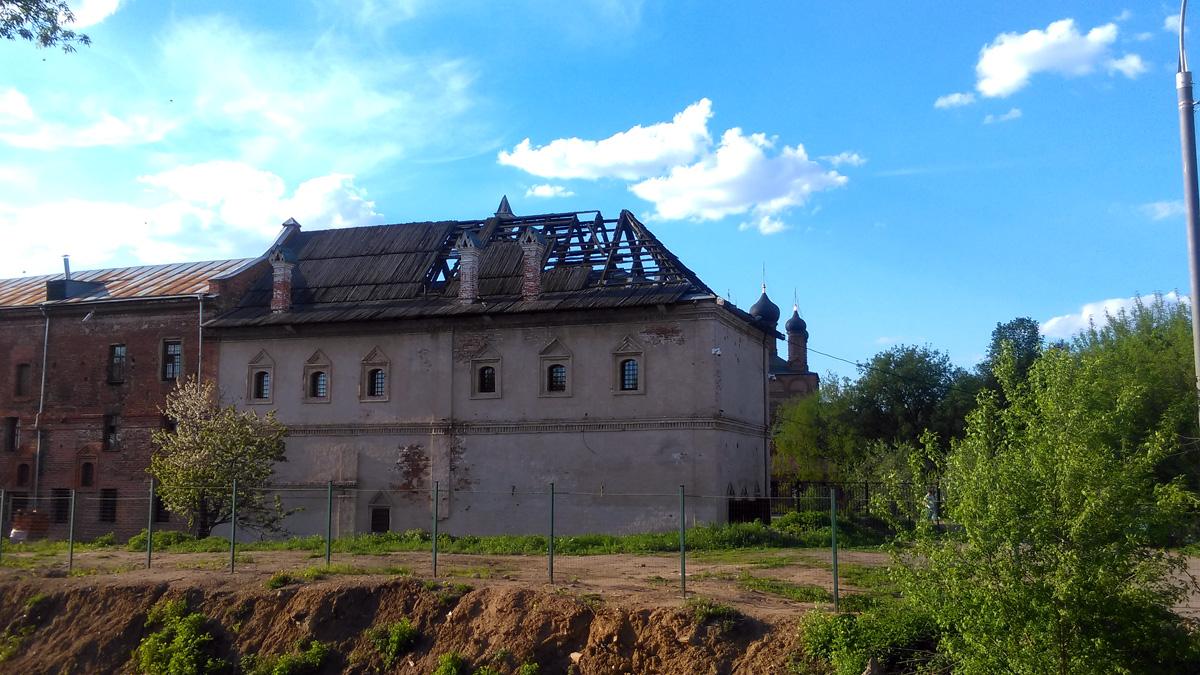 А вот, до этого здания туристы обычно не доходят. «Приказные палаты» Крутицкого подворья.