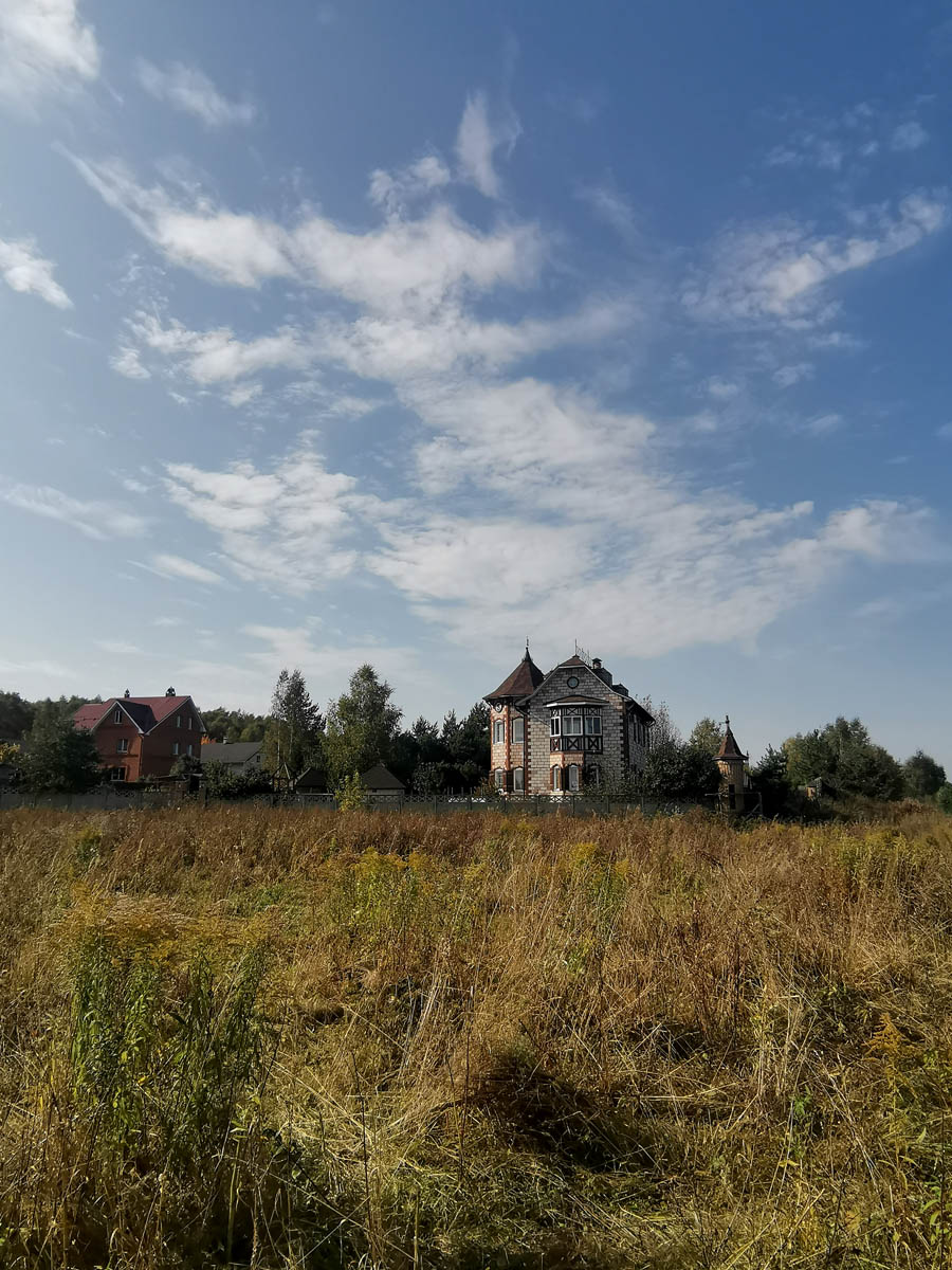 """Вдали виднеется чей-то """"родовой замок"""" судя по гербам и ограде с башенками..."""