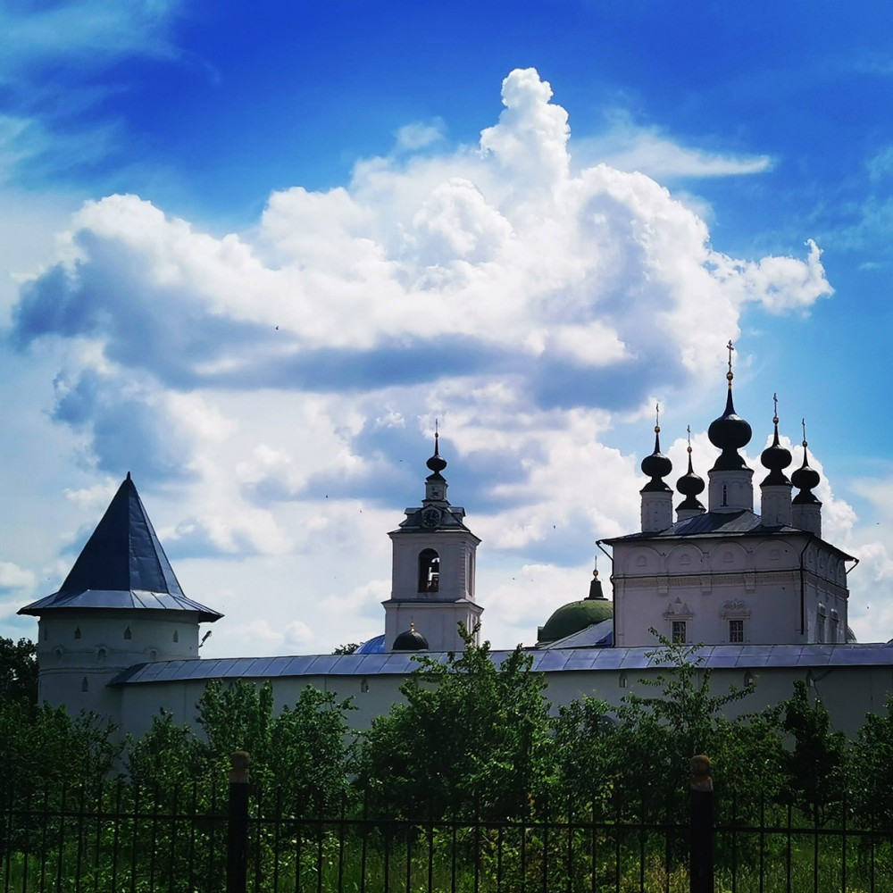 Рядом расположен Свято-Троицкий Белопесоцкий женский монастырь.
