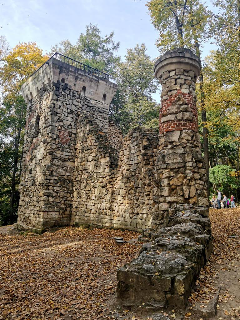 Башня-руина. Ранее считалось, что строительство Башни-руины связано с деятельностью  Баженова в Царицыно; однако, по современным сведениям музея-заповедника  «Царицыно» она построена в 1804–1805 гг., и предполагаемым автором  является Иван Еготов.