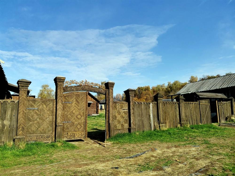 Ворота открыты, можно зайти. Если бы они были закрыты, то можно обойти с любой другой стороны. Забор сделан только здесь.