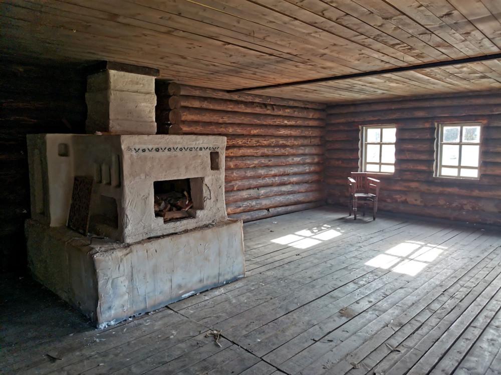 Внутри печь и шаткий стул.