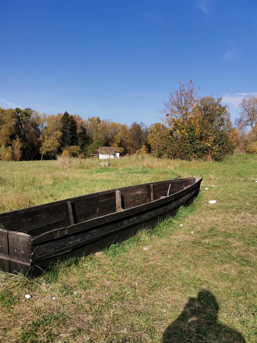 Макет лодки и мазанка на заднем плане...