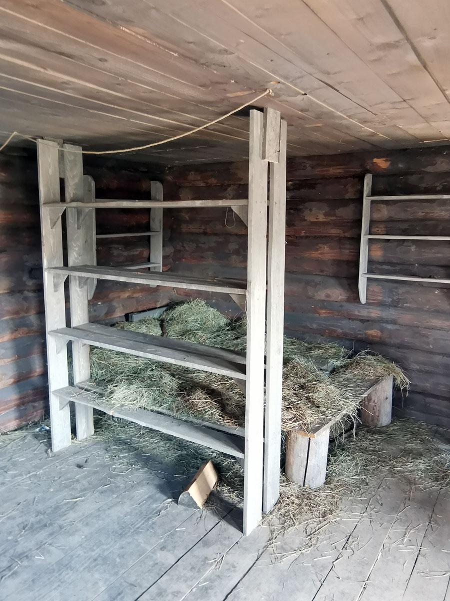 Двуспальная (а может и больше) кровать и полки