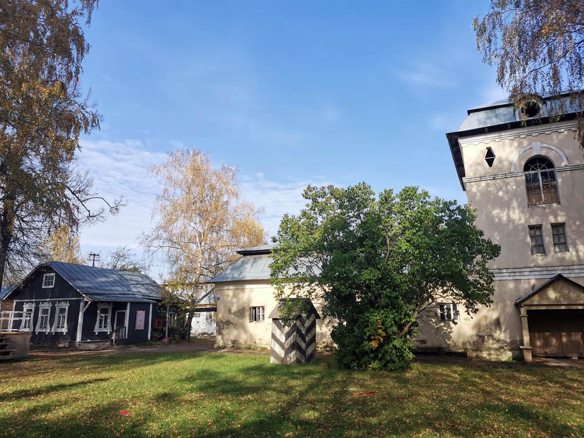 """Хозяйственные постройки сельхоза «Горки ВЦИК» несколько лет назад были загримированы для съемок сериала """"Анна-детективъ"""". А в последствии они снимались и в других фильмах."""