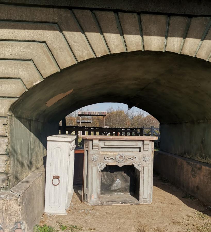 Камины из тонкой фанеры ждут свою роль под аркой...