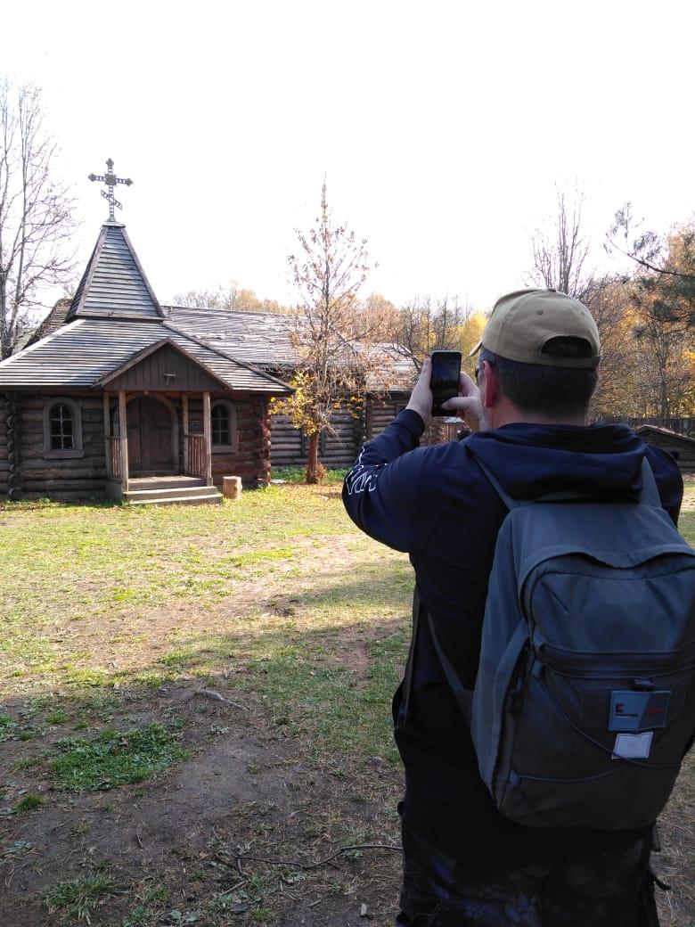 """А войдя в одну из арок """"городского"""" дома, попадаем в деревушку или таежную делянку... Фотографирую церковь, точнее ее макет."""