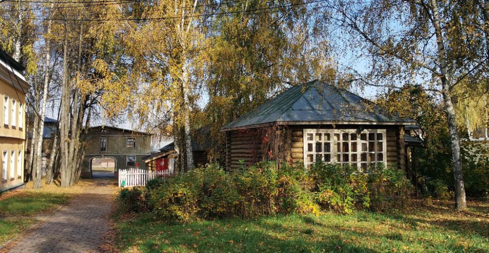 Бывшие хозяйственные постройки сельхоза «Горки ВЦИК», а ныне часть киногородка.