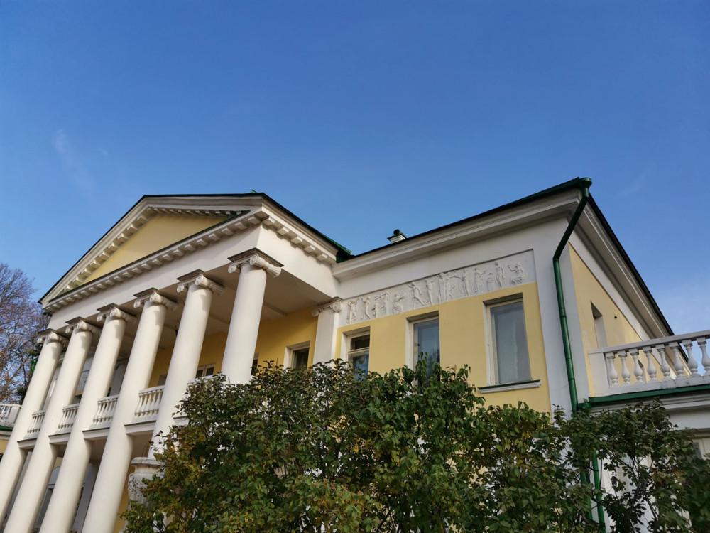 В 1909 усадьбу Горки приобрела Зинаида Григорьевна, вдова фабриканта и мецената Саввы Морозова, вторым браком вышедшая замуж за московского градоначальника А. А. Рейнбота. На средства новой владелицы усадебный комплекс был реконструирован под руководством Ф. О. Шехтеля.