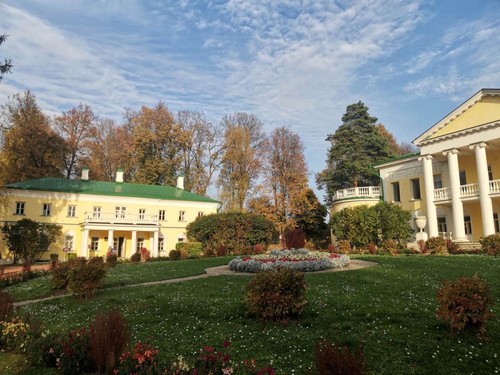 Рядом с Главным домом расположены два флигеля. В северном флигеле Некоторое время жил Владимир Ильич Ленин.