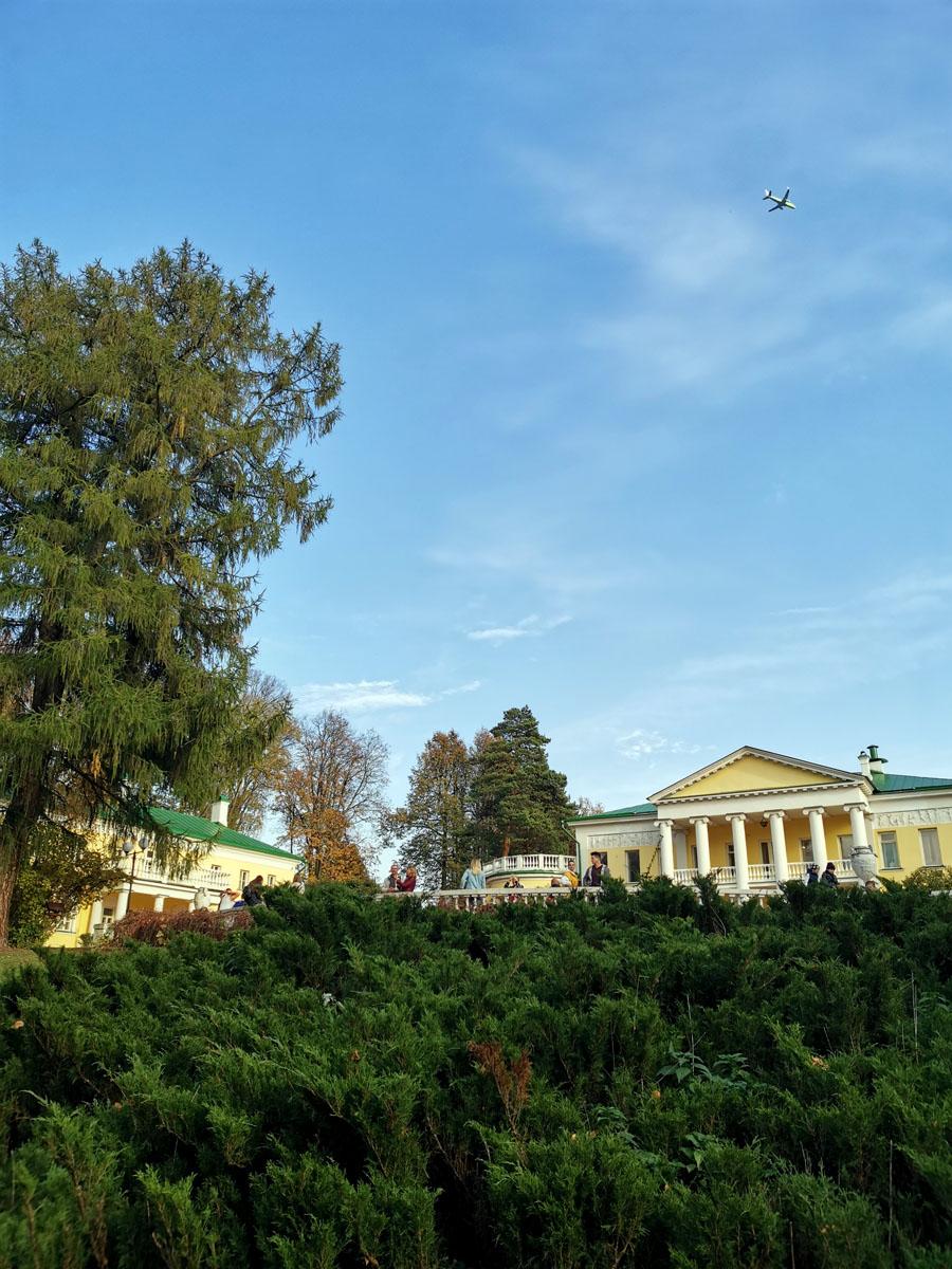 Над усадьбой регулярно пролетают идущие на посадку в аэропорт Домодедово самолеты...