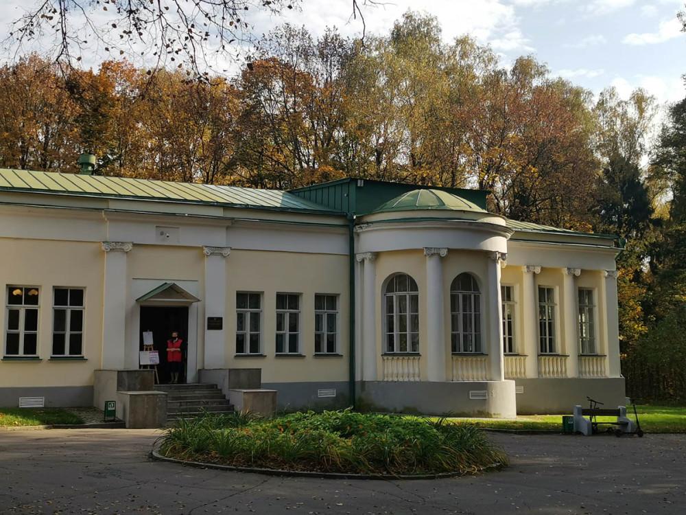 Музей «Кабинет В. И. Ленина в Кремле». Первоначально располагался в Московском Кремле, в здании бывшего Сената (открыт в 1955 г.). В 1994 году была передана в Государственный исторический музей-заповедник «Горки Ленинские».