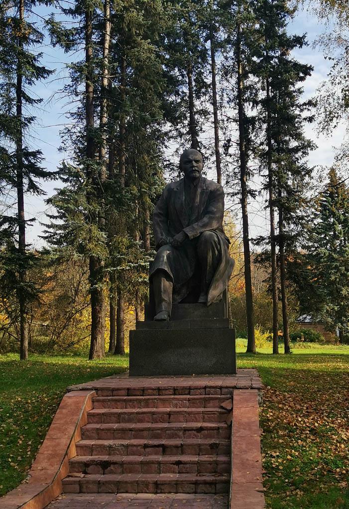 Рядом с музеем расположен Памятник В. И. Ленину в Кремле. Памятник был открыт в год 50-летия Революции 2 ноября 1967 года в Тайницком саду Московского Кремля. В 1995 году памятник был демонтирован, скульптура перенесена в «Парк искусств» на Крымской набережной, а затем в Ленинские Горки, где находится и по сей день.
