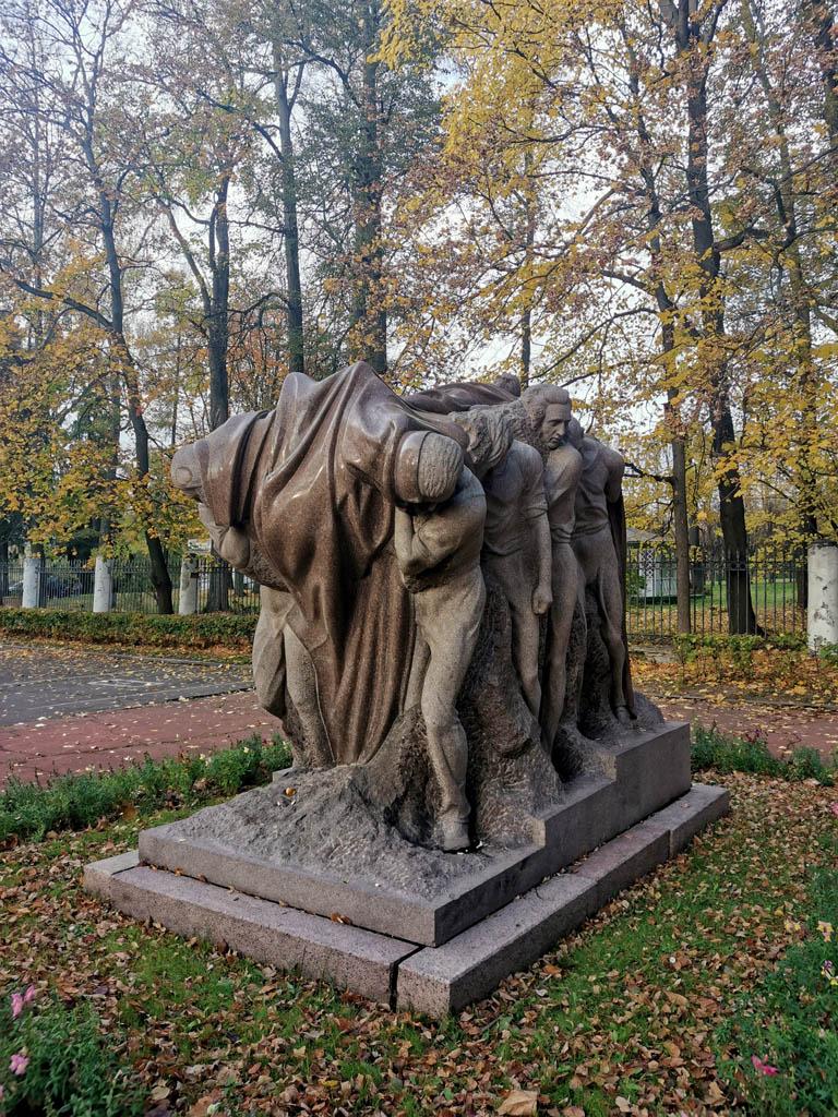 Скульптура «Похороны вождя». Установлена в 1958 г. Скульптор С.Д. Меркуров. От памятника начинается пешеходная Траурная аллея. По этой аллее несли гроб с телом В. И. Ленина из Горок.