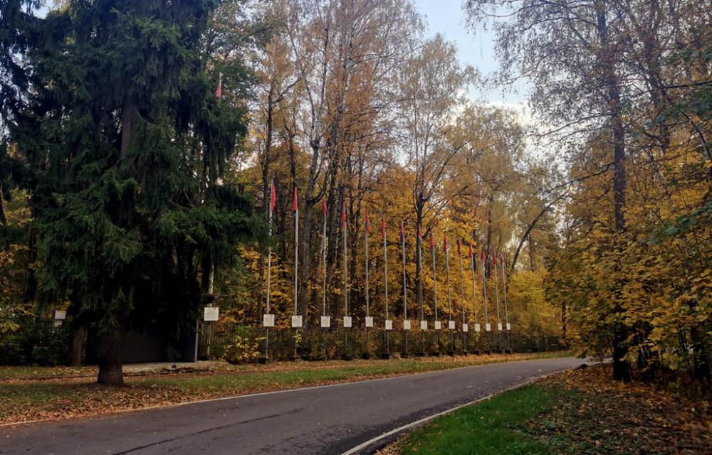 Кстати, о наших... Справа перед южными воротами парка-музея установлены флаги республик СССР. Ряд флагштоков с флагами всех советских республик и самого СССР. Флаги и таблички в хорошем состоянии.