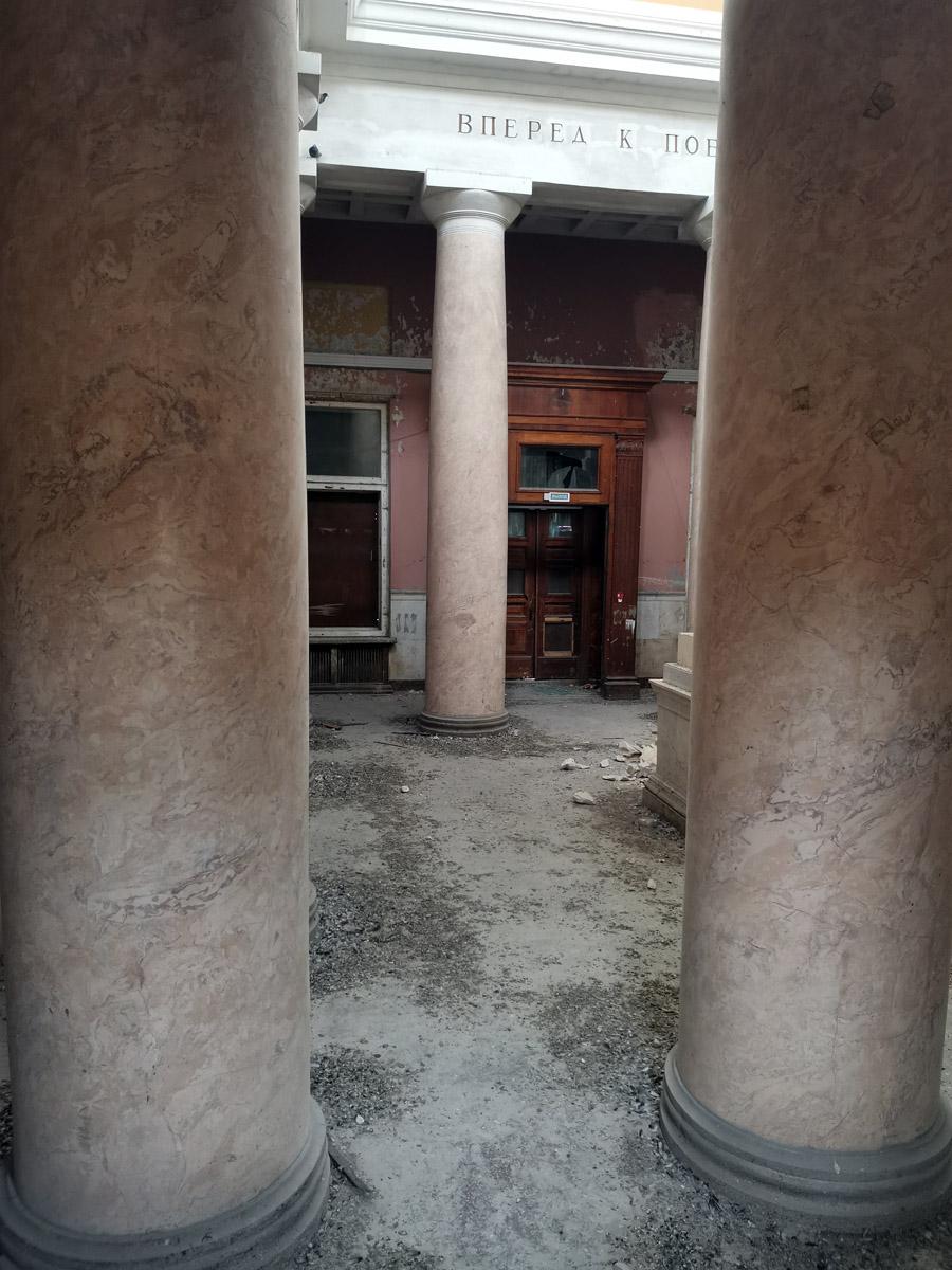 В сентябре 2020 г. в отношении объекта культурного наследия совершен акт вандализма: разгромлены интерьеры, уничтожена статуя Ленина. За правой ближней колонной виднеется постамент и около него обломки скульптуры Ленина.