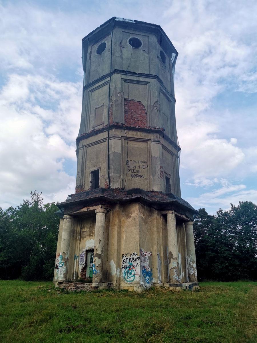 Старинная водонапорная башня в Приоратском парке.