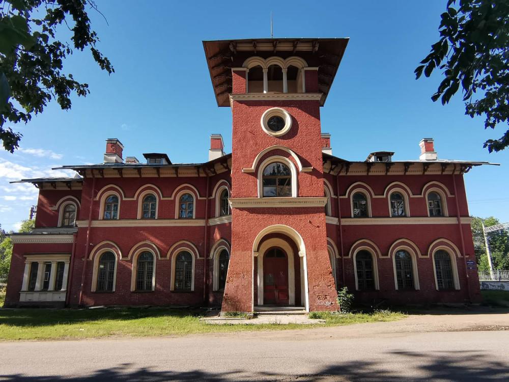Вокзал станции Стрельна. Здание построено в 1854-1857 гг. Архитектор Николай Леонтьевич Бенуа.