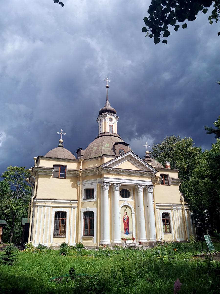 Зловещее небо над Церковью во имя Святых Апостолов Петра и Павла в Знаменке.