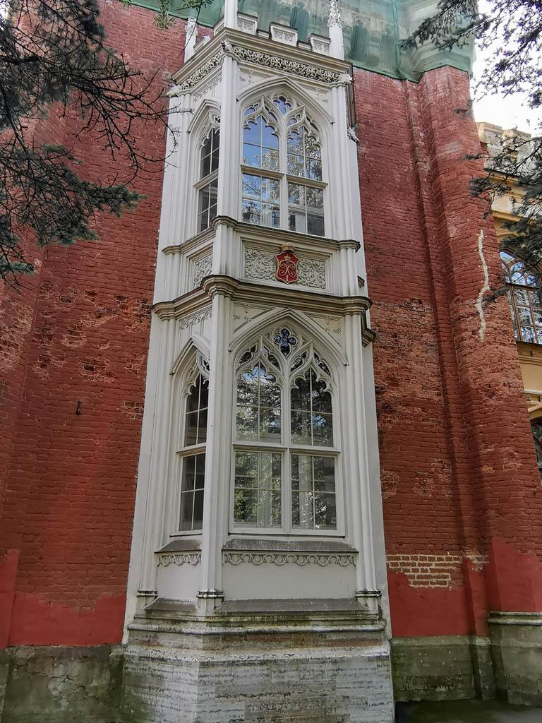 Здание главных императорских конюшен было выстроенное в 1847-52 гг. по проекту академика Н. Бенуа. Девять башен по углам и при соединении отдельных корпусов, придают зданию вид оригинального средневекового замка - отсюда и другое название - Готические конюшни.