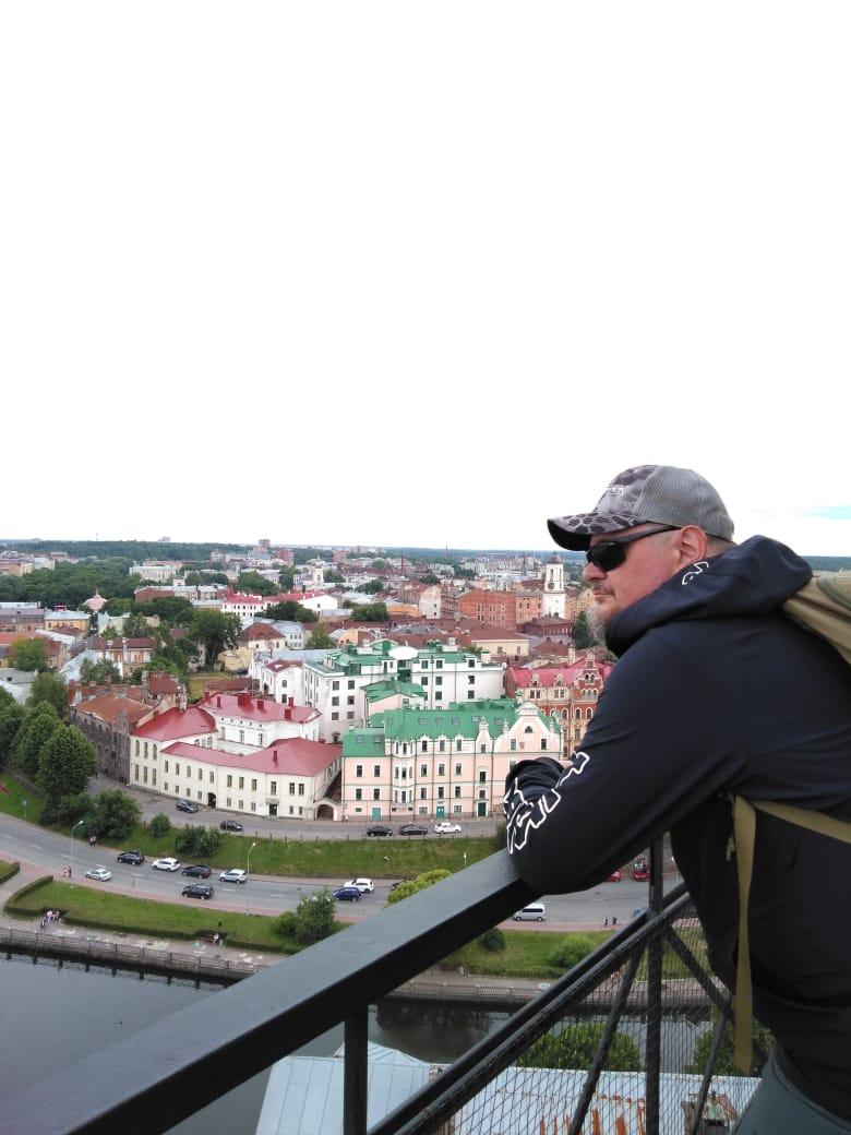 Автор любуется видами на заливы и город Выборг со смотровой площадки башни Святого Олафа.
