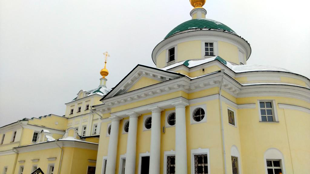 Храм св. Первоверховных апостолов Петра и Павла (слева) Собор святой великомученицы Екатерины (справа)