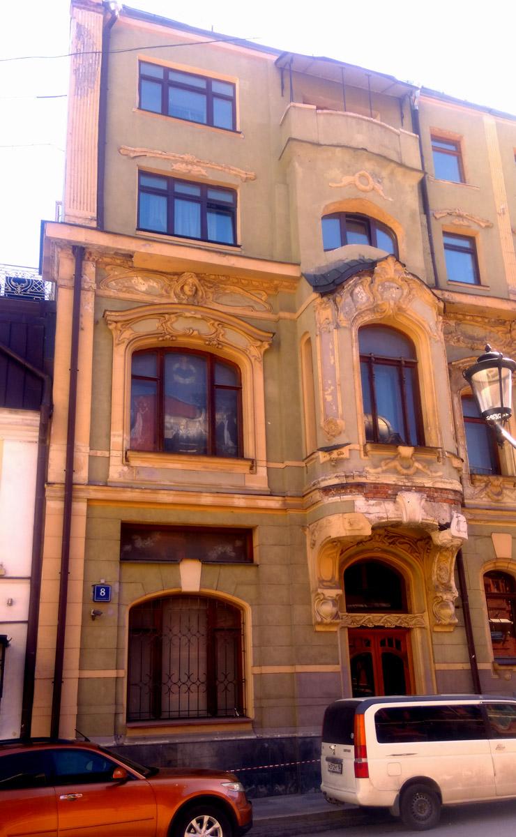 Внутри сохранились только мраморная лестница и скульптура из мрамора, купленная Терентьевым, оригинальные окна, двери и щеколды, которые купцу делали во Франции.