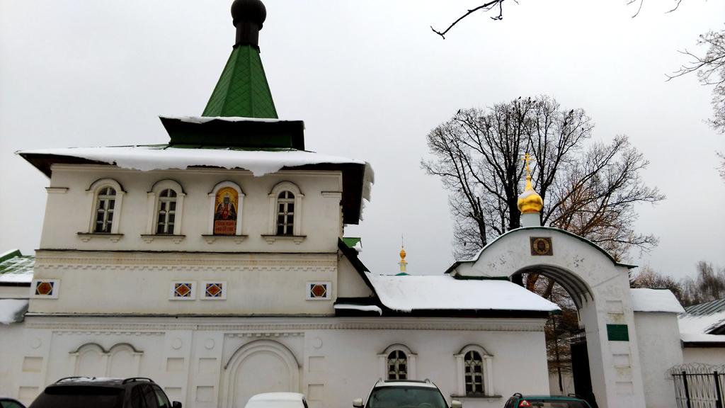 Вышел через Южные врата монастыря расположенные около Храм свт. Тихона, Патриарха Всероссийского