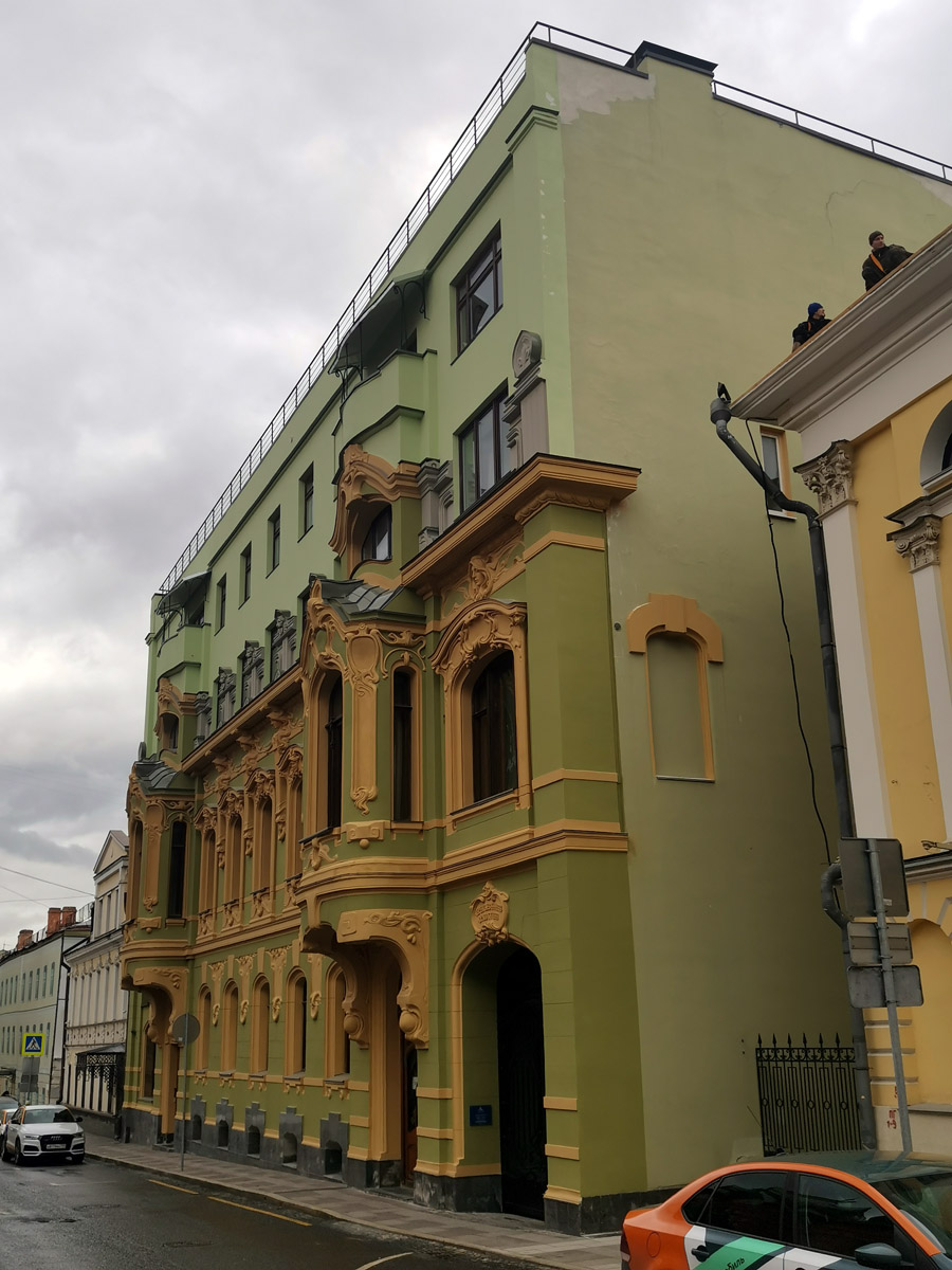 На мой взгляд, отличный пример реставрации фасада и маскировки более поздней надстройки.