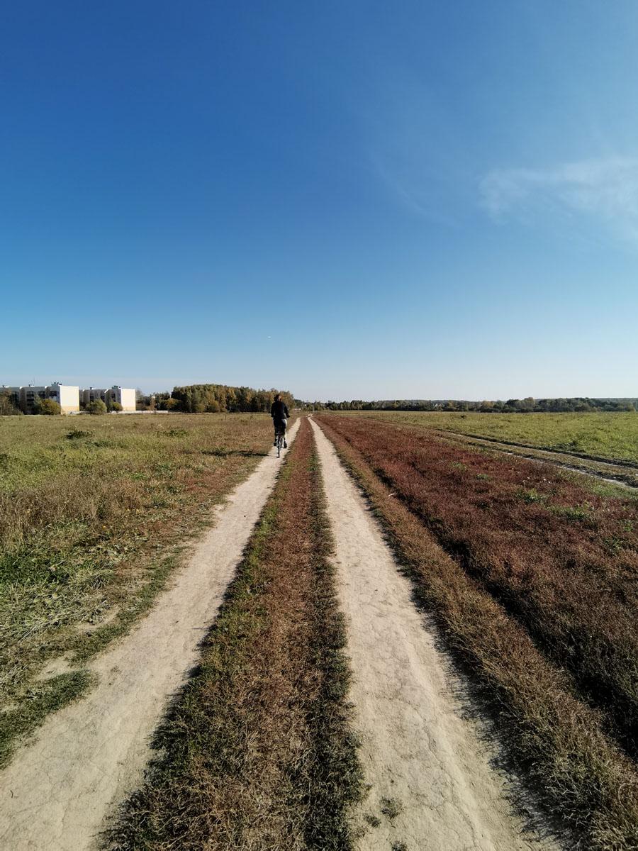 Дорога накатанная через поле...