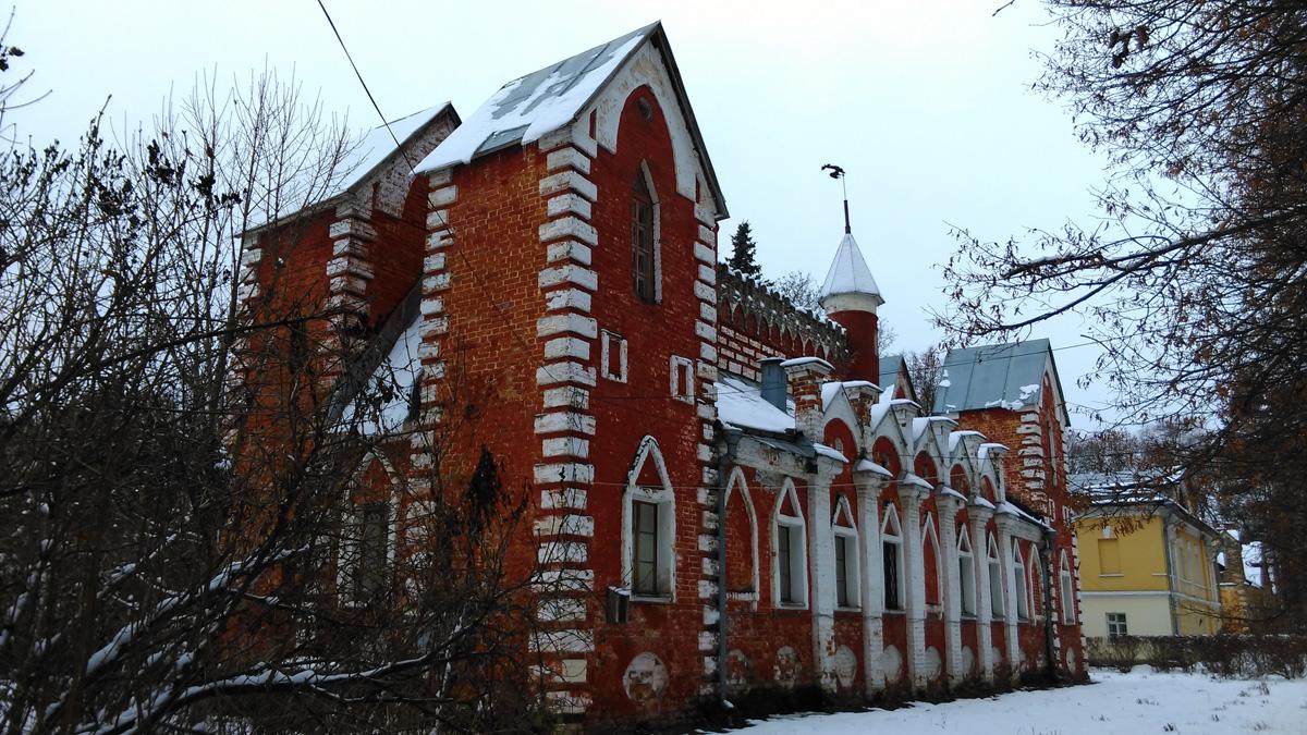 А чуть дальше три здания. Два желтых в классическом стиле гостевых дома. А между ними самое. на мой взгляд интересное красивое здание усадьбы - Дом церковнослужителей.