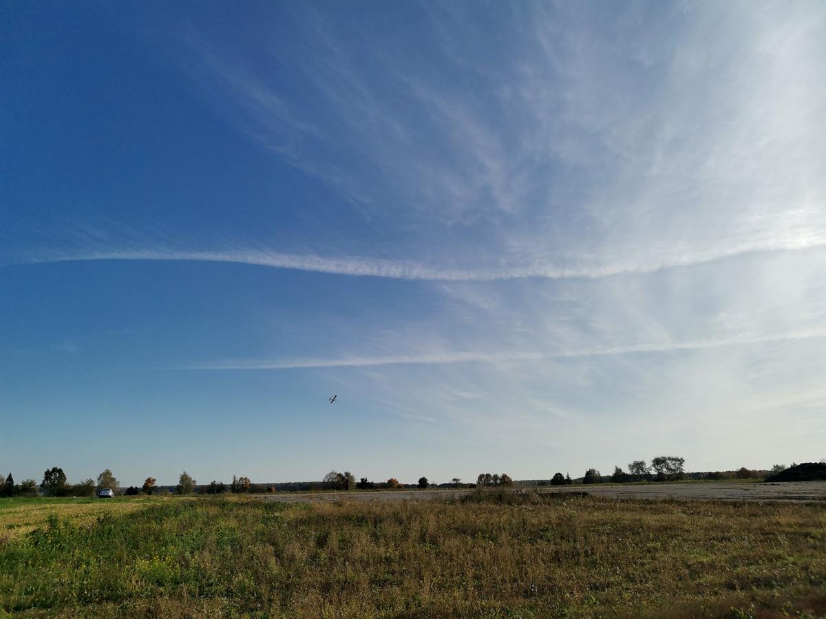 В небе жужжит авиамодель